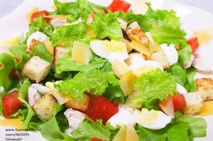 88139011_large_salat_cezar_s_kuricey_i_suharikami